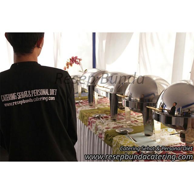 Resep bunda catering melayani prasmanan, coffee break, dan tumpeng untuk pembukaan PT. Daikin di bandung. Selamat ya! Semoga sukses usahanya.  Menu prasmanan : nasi, beef teriyaki, sate ayam, fish kakiage, sapo tahu, mix salad, es pudding, buah potong, sambal bajak, air mineral, kerupuk  Coffee break : risoles, sus isi fla, kopi, creamer, gula, teh  Tumpeng : nasi pelangi, ayam bakar, ungkep telur, asin kriuk balado, perkedel kentang, urap kering, sambal goreng tempe, lalab, sambal  Mau pesan catering prasmanan yang sehat untuk keluarga atau kantor Anda? Kami berpengalaman melayani catering diet dan organik. Info : www.resepbundacatering.com atau telp : 022-7236848.  #cateringprasmanan #cateringbandung #prasmananbandung #cateringsehat #cateringenak #cateringlezat #cateringbuffet #buffetbandung #cateringpesta #cateringultah #cateringwedding #cateringpernikahan #weddingbandung #coffeebreak #nasitumpeng #tumpengbandung